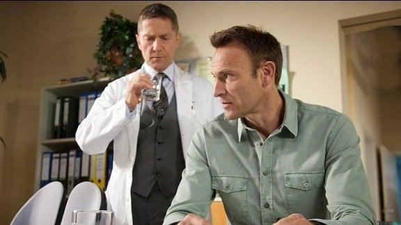 Dr. Rolf Kaminski (Udo Schenk) und Dr. Martin Stein (Bernhard Bettermann)