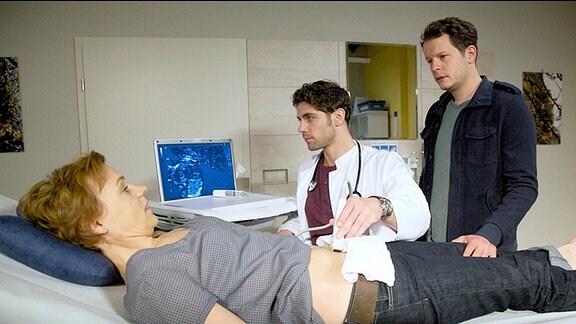 Nina Krämer (Greta Galisch de Palma), Dr. Niklas Ahrend (Roy Peter Link) und Jörg Krämer (Mirko Lang)