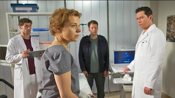 Dr. Philipp Brentano (Thomas Koch), Nina Krämer (Greta Galisch de Palma), Jörn Krämer (Mirko Lang) und Dr. Niklas Ahrend (Roy Peter Link)