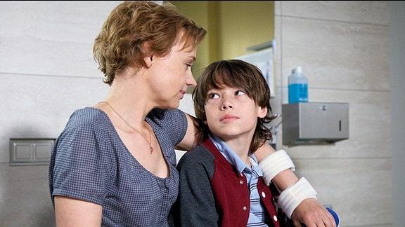 Nina Krämer (Greta Galisch de Palma) und ihr Sohn Leo (Leopold Fiedler)