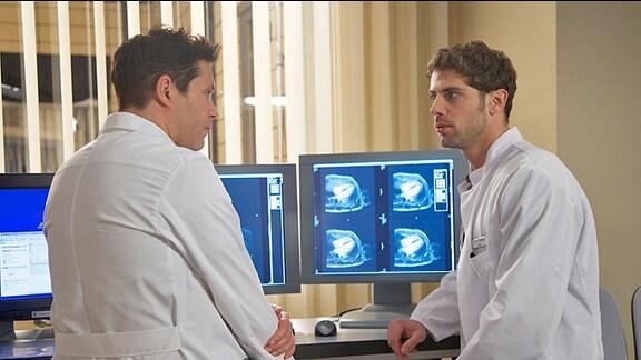 Dr. Philipp Brentano (Thomas Koch) und Dr. Niklas Ahrend (Roy Peter Link)