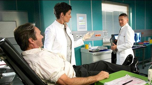 Jan Orth (Helmut Zierl), Dr. Elena Eichhorn (Cheryl Shepard) und Dr. Rolf Kaminski (Udo Schenk)
