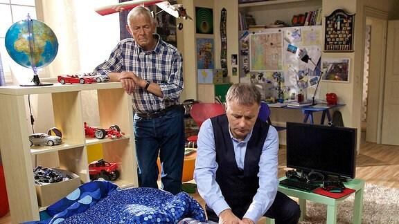 Roland Heilmann (Thomas Rühmann) untersucht Jonas Heilmann (Anthony Petrifke), Otto Stein (Rolf Becker)  ist besorgt