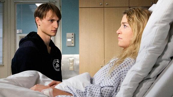 Oleg Tikhomirov als Burkhard Klein und Jana Reinermann als seine schwangere Frau Isabel Klein