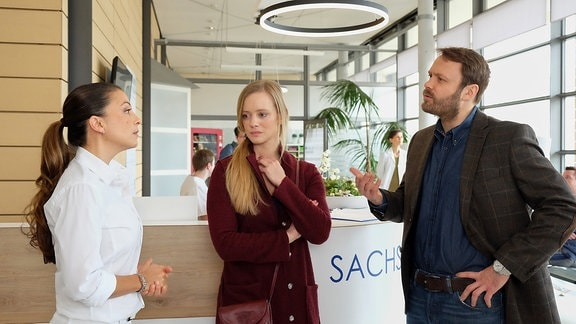 Frederike und Thomas Pauli sprechen mit Oberschwester Arzu.