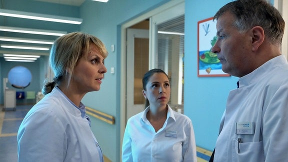 Oberschwester Arzu und Dr. Peters informieren Dr. Heilmann.