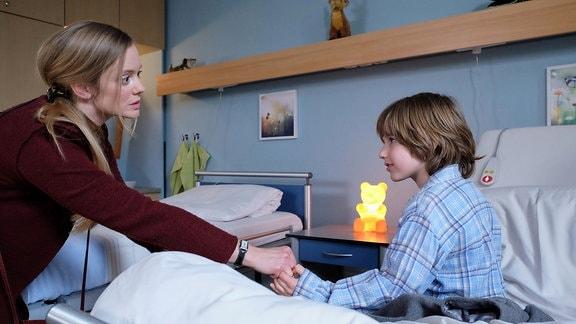 Mattis Mutter Frederike (Anne Kanis) holt den Jungen aus dem Krankenzimmer.