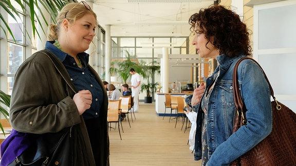 Miriam Schneider und ihre Mutter im Gespräch.