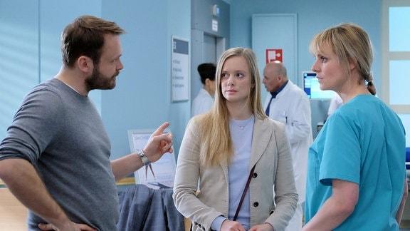 Der Sohn von Frederike (Anne Kanis, mi.) und Thomas Pauli (Matthias Zeising, li.) wurde gerade von Dr. Lea Peters (Anja Nejarri, re.) operiert.