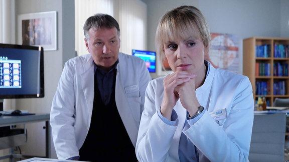 Dr. Lea Peters informiert Dr. Roland Heilmann darüber, dass bei einem kleinen Patienten Kindesmisshandlungen vorliegen könnten.