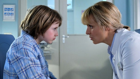Lea Peters redet mit dem kleinen Mattis Pauli,