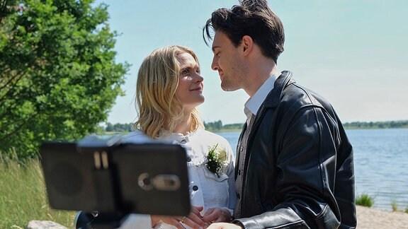 Emma (Anna Schimrigk) und Jens Rücker (Alexander Martschewski)
