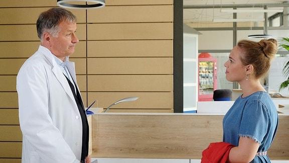Dr. Roland Heilmann (Thomas Rühmann) und seine Tochter Lisa (Ella Zirzow)