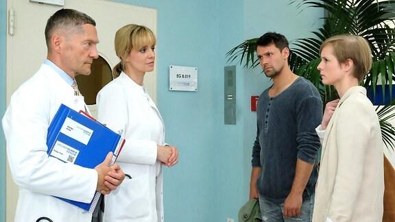 Dr. Kaminski (Udo Schenk), Dr. Lea Peters (Anja Nejarri), Nathan Friedrichs (Joshua Grothe) und Friederike Kamps (Sophie Rogall)