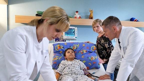 Dr. Peters (Anja Nejarri), Fritz Kamp (Lucano Resta), Friederike Kamp (Sophie Rogall) und Dr. Kaminski (Udo Schenk)