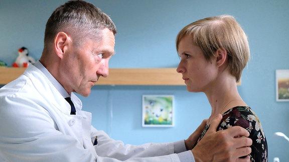 Dr. Kaminski (Udo Schenk) und Friederike Kamp (Sophie Rogall)