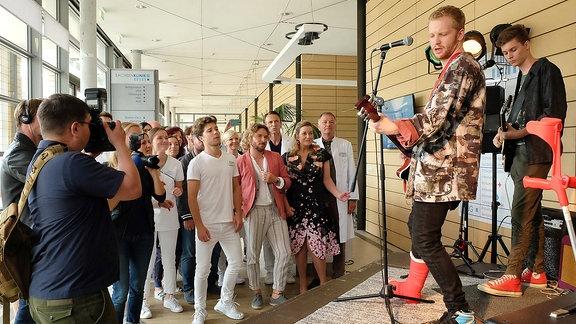 Die Band von Sarah Marquardts Sohn Bastian (Johann Lukas Sickert) spielt in der Sachsenklinik.