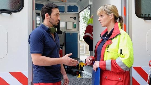 Rettungssanitäter Falk Michelsen (Arnel Taci) und Dr. Lea Peters (Anja Nejarri)