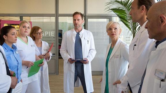 Chefarzt Dr. Kai Hoffmann (Julian Weigend) strukturiert die Abläufe für die Notaufnahme.