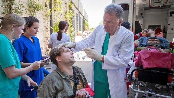 Dr. Roland Heilmann (Thomas Rühmann) hat alle Hände voll mit der Erstaufnahme der Patienten zu tun und diese in die vorgesehenen Dringlichkeits-Bereiche einzuteilen