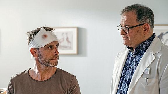 Dr. Kai Hoffmann (Julian Weigend) und Hans-Peter Brenner (Michael Trischan)