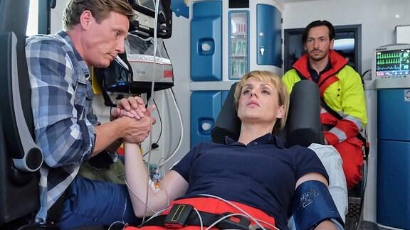 Jenne Derbeck (Patrick Kalupa), Dr. Lea Peters (Anja Nejarri) und Falk Michelsen (Arnel Taci)