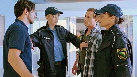 Die Polizei bittet den Rettungswagenfahrer Falk Michelsen (Arnel Taci) um eine Blutprobe