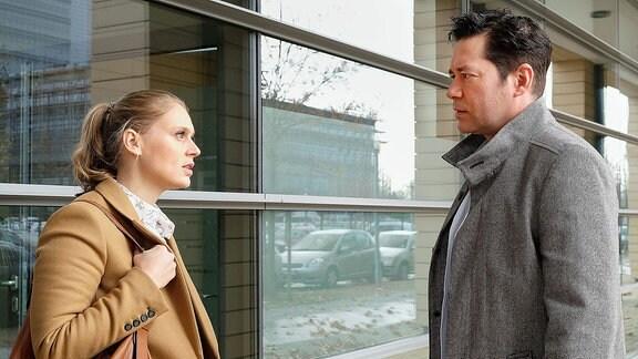 Frau und Mann reden miteinander.