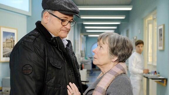 Ein Mann und eine Frau stehen auf einem Krankenhausflur.