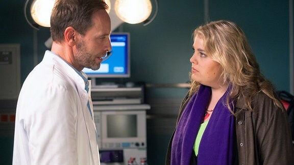 Julian Weigend als Chefarzt Dr. Hoffmann und Christina Petersen als Miriam