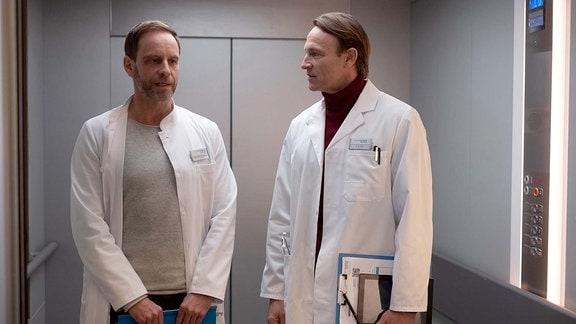 Dr. Kai Hoffmann (Julian Weigend, li.) und Dr. Martin Stein (Bernhard Bettermann, re.)