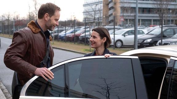 Dr. Maria Weber (Annett Renneberg) wird aus der Klinik entlassen und Dr. Kai Hoffmann (Julian Weigend) holt sie ab. Beide freuen sich sichtlich auf das Experiment des Zusammenwohnens.