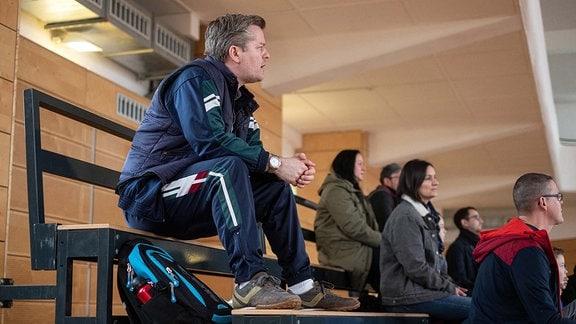 Hannes Seela (André Dietz, li.) schaut bei einem Fuߟball-Trainingsspiel zu