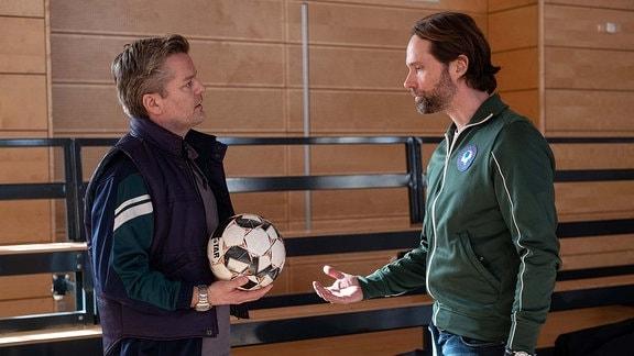 Hannes Seela (André Dietz, li.) mit Trainer David Ziegler (Matthias Schloo, re.)