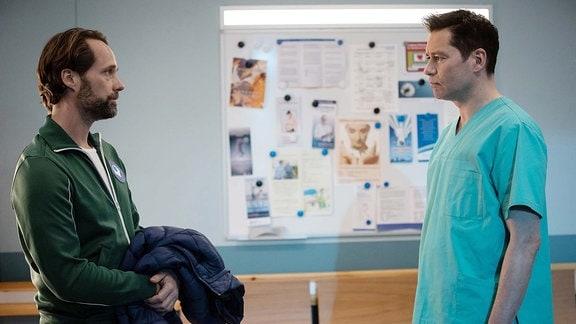 David Ziegler (Matthias Schloo, li.) befragt Dr. Philipp Brentano (Thomas Koch, re.)