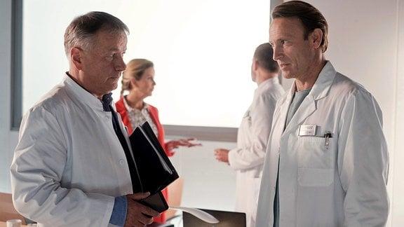 Dr. Roland Heilmann (Thomas Rühmann) und Dr. Martin Stein (Bernhard Bettermann)