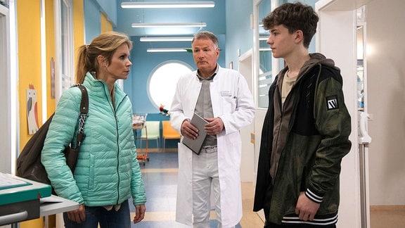 Bettina Jablonski (Nina Gnädig) , ihr Sohn Ben (Caspar Langer) und Dr. Roland Heilmann (Thomas Rühmann)