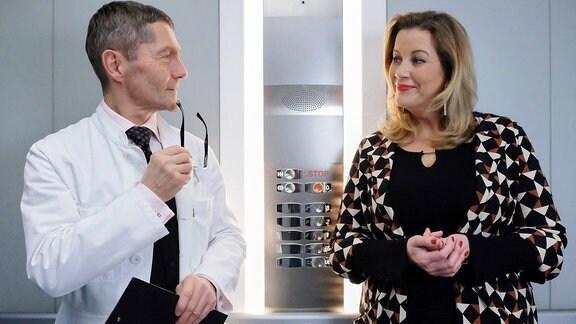 Sarah Marquardt (Alexa Maria Surholt) lächelt Dr. Kaminski (Udo Schenk) an.