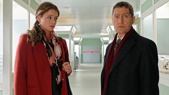 Rolf Kaminski und Wanda Schäfer im Klinikgang.