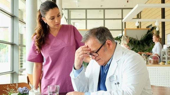 Hans-Peter Brenner (Michael Trischan) hat lange auf seine Mutter eingeredet, dass sie kämpfen soll, nicht aufgeben, den Krebs besiegen kann. Doch nun ist es Arzu (Arzu Bazman), die Hans-Peter Zuversicht und Hoffnung geben muss.
