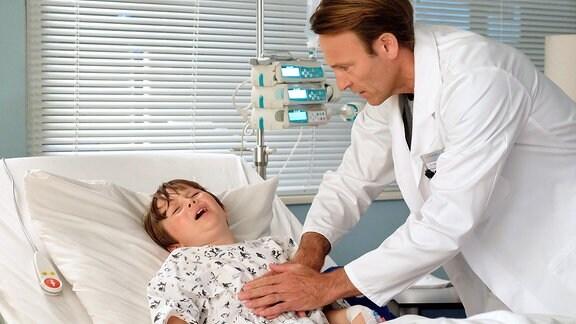Dr. Martin Stein untersucht ein Kind mit Schmerzen.