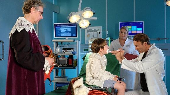 Ein Kind wird von Dr. Stein untersucht.