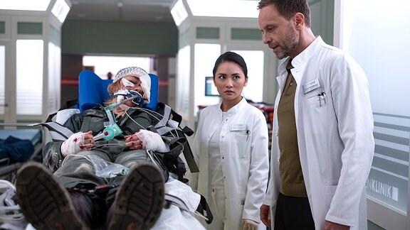 Nika Freese (Henrike Hahn), Dr. Lilly Phan (Mai Duong Kieu) und Dr. Kai Hoffmann (Julian Weigend)