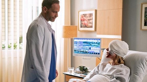 Dr. Kai Hoffmann (Julian Weigend) und Nika Freese (Henrike Hahn)