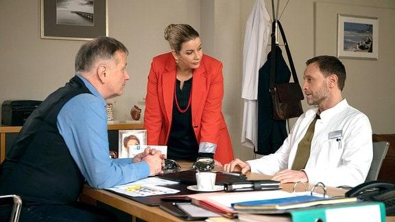 Dr. Roland Heilmann (Thomas Rühmann), Sarah Marquardt (Alexa Maria Surholt) und Dr. Kai Hoffmann (Julian Weigend)
