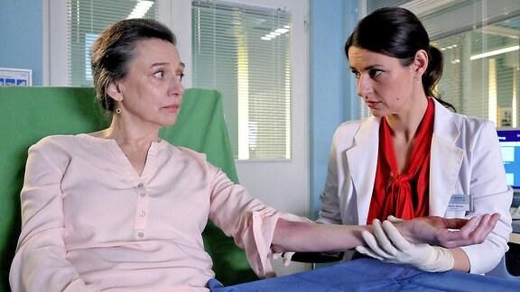 Rose Marx (Gudrun Gabriel) und Dr. Maria Weber (Annett Renneberg)