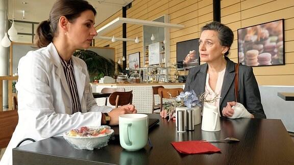 Dr. Maria Weber (Annett Renneberg) und Rose Marx (Gudrun Gabriel)