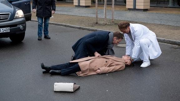 Bernhard Bettermann als Martin Stein, Julian Weigend als Kai Hoffmann und Annett Renneberg als Maria Weber liegend