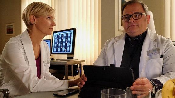 Andrea Kathrin Loewig als Kathrin Globisch und Michael Trischan als Hans-Peter Brenner