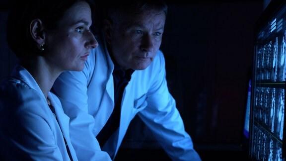 Dr. Maria Weber (Annett Renneberg) kann es kaum fassen, als sie die CT-Aufnahmen ihrer Patientin sieht. Das Herz ist viel zu groß und sie hat bis zum heutigen Tag nur wenige Beschwerden gehabt. Dr. Roland Heilmann (Thomas Rühmann) und Maria sind sich einig, dass die Patientin definitiv in nächster Zeit ein neues Herz brauchen wird.